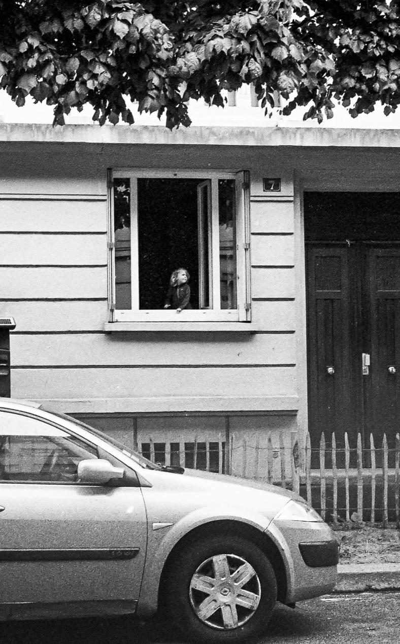 Le discours, gamin, fenêtre, rue, rennes, noir et blanc,